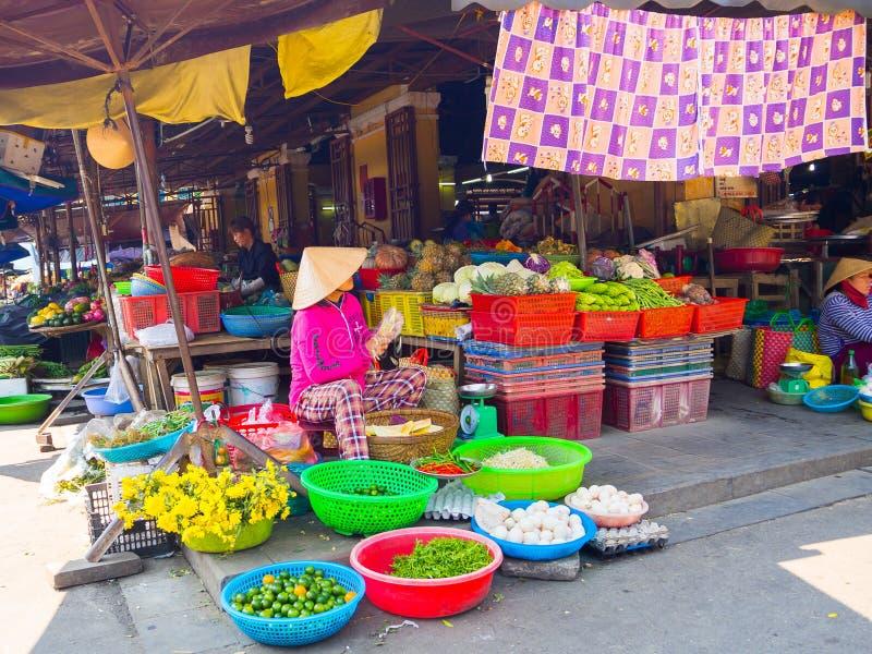 HOI WIETNAM, SIERPIEŃ, - 21, 2017: Wietnamskie kobiety sprzedający jedzenie na ulicie w Hoi, Wietnam obraz royalty free