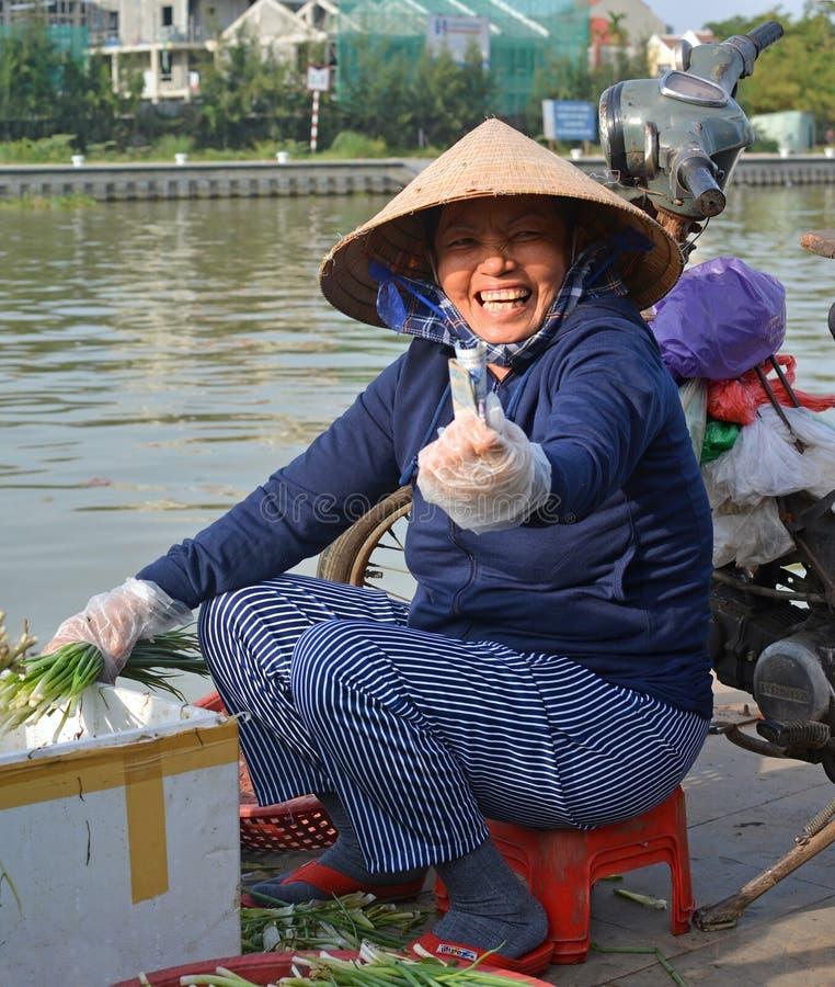 Hoi An Woman Selling Fruit & verdure al mercato fotografia stock
