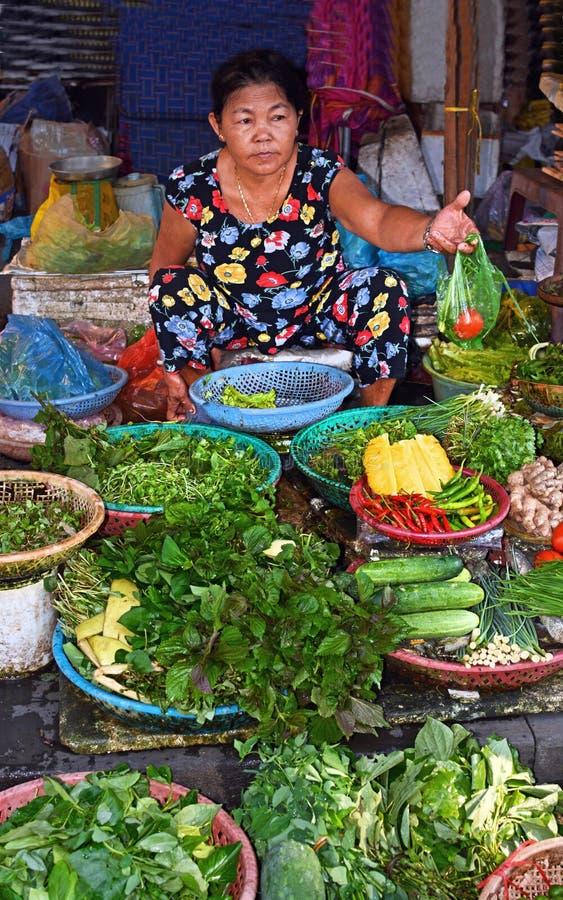Hoi An Women Selling Fruit & verdure al mercato fotografia stock