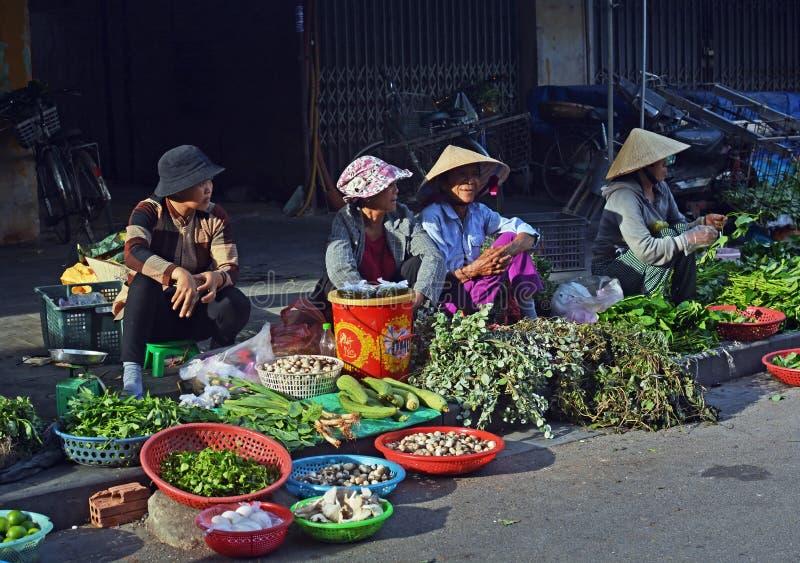 Hoi An Women Selling Fruit & verdure al mercato fotografia stock libera da diritti