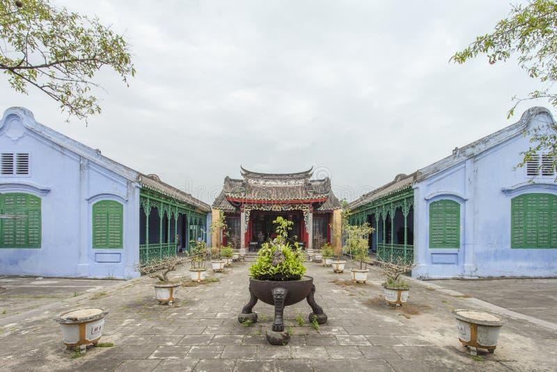 Hoian Vietnam - April 2, 2016: Gatasikt med gamla hus i Hoi royaltyfria foton