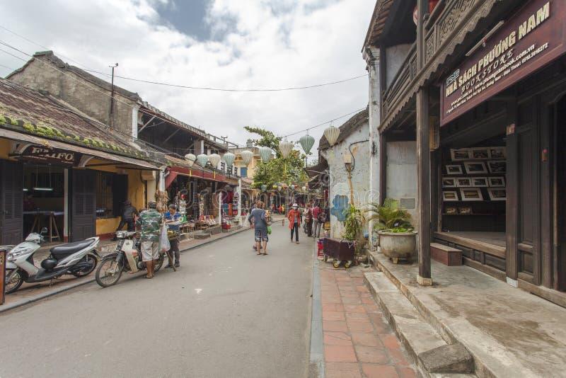 Hoian, Vietnam - 2 aprile 2016: Vista della via con le vecchie case in Hoi fotografia stock libera da diritti