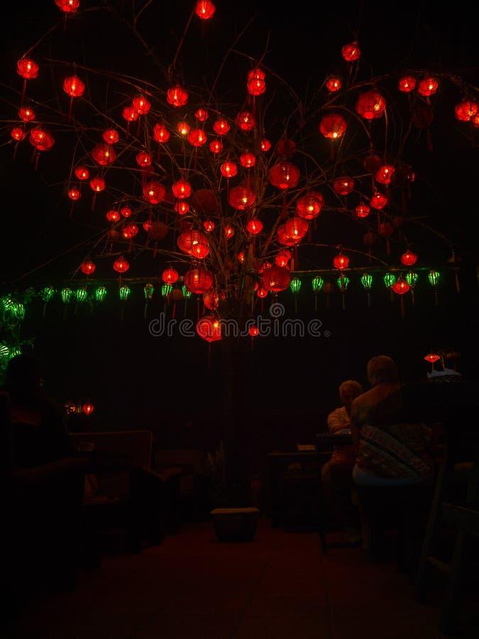 Hoian, Vietnam - 5 novembre 2016: Gente non identificata che si siede sotto le belle lanterne vietnamite al mercato di notte fotografia stock
