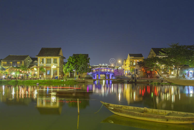 Hoian, Vietname - 2 de abril de 2016: Opinião da rua com as casas velhas em Hoi fotos de stock royalty free