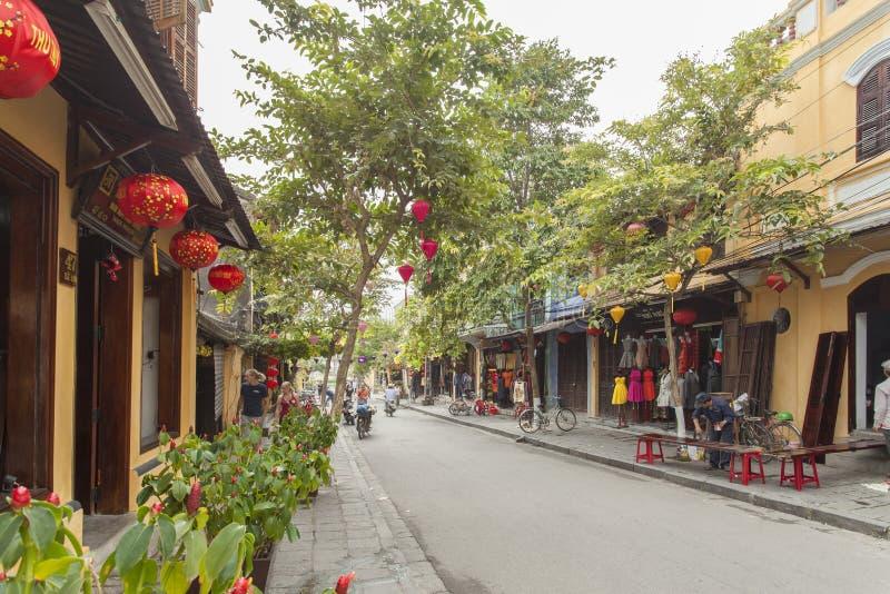 Hoian, Vietname - 2 de abril de 2016: Opinião da rua com as casas velhas em Hoi imagens de stock royalty free