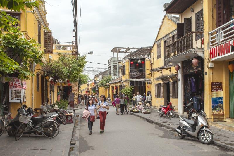 Hoian, Vietname - 2 de abril de 2016: Opinião da rua com as casas velhas em Hoi imagem de stock royalty free