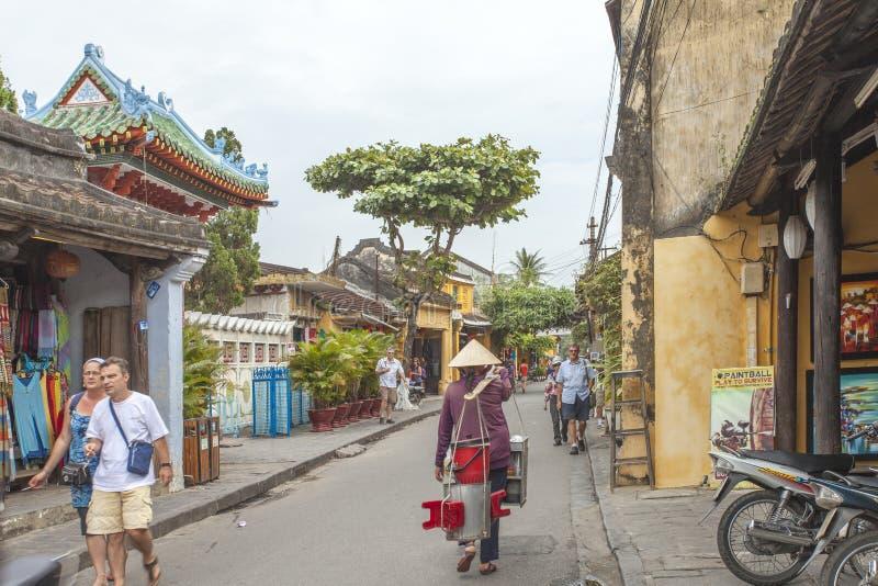 Hoian, Vietname - 2 de abril de 2016: Opinião da rua com as casas velhas em Hoi fotografia de stock