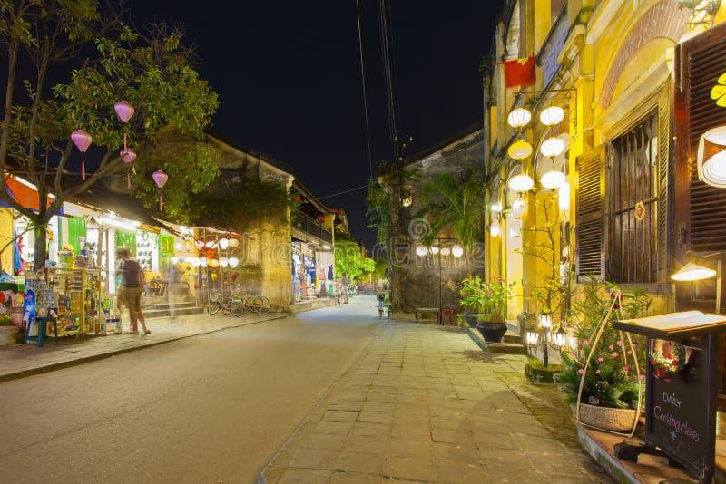 Hoian, Vietname - 2 de abril de 2016: Opinião da rua com as casas velhas em Hoi imagem de stock