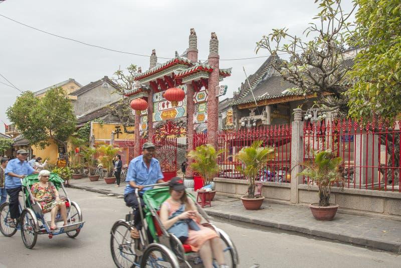 Hoian, Vietname - 2 de abril de 2016: Opinião da rua com as casas velhas em Hoi foto de stock royalty free