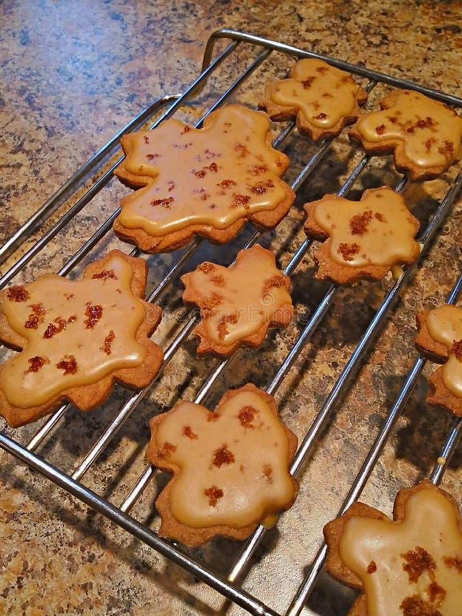 Hoja de arce Sugar Cookies Glazed con helar del arce y migajas del tocino foto de archivo libre de regalías