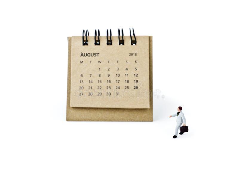 Hoja de August Calendar y hombre de negocios plástico miniatura en pizca imágenes de archivo libres de regalías
