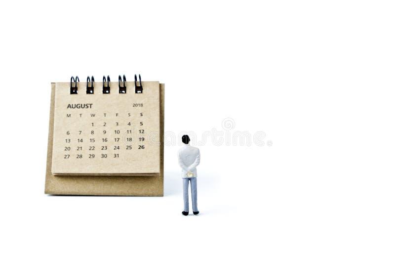 Hoja de August Calendar y hombre plástico miniatura en el backgr blanco imagen de archivo libre de regalías