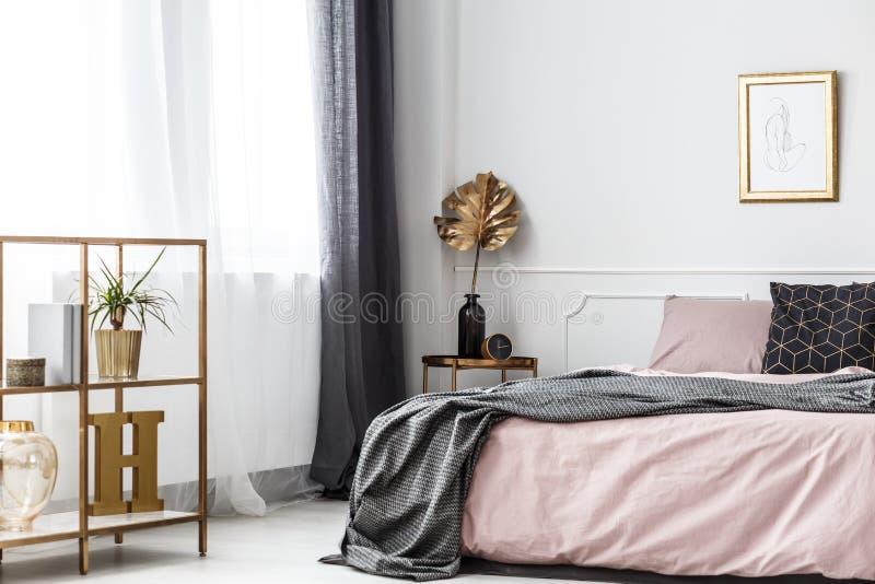 Hoja de oro en interior del dormitorio imagen de archivo