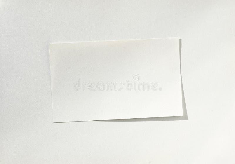 Hoja de papel blanca en blanco en el papel fotografía de archivo libre de regalías