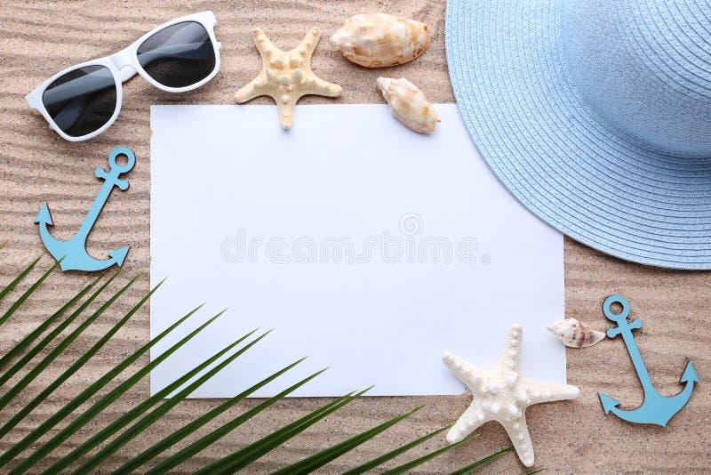 Hoja de papel con las conchas marinas y la hoja de palma fotos de archivo libres de regalías