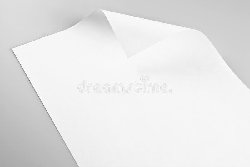 Hoja de papel en blanco con la esquina encrespada fotos de archivo libres de regalías
