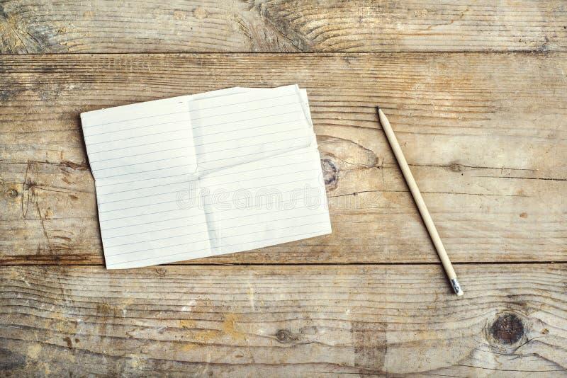 Hoja de papel en un piso de madera foto de archivo libre de regalías