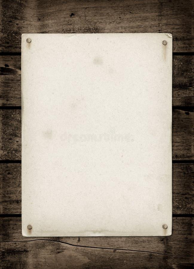 Hoja de papel texturizada vieja en una tabla de madera oscura imagen de archivo