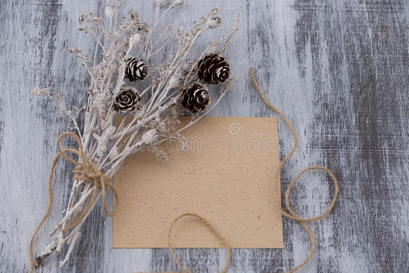 Hoja de papel y ramo seco foto de archivo