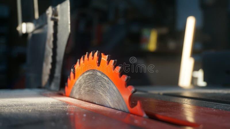 Hoja de sierra y polvo de la tabla después de cortar fotos de archivo