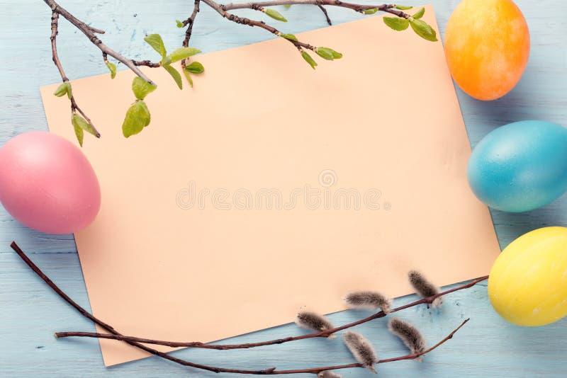 Hoja del papel en blanco con los huevos de Pascua imagenes de archivo