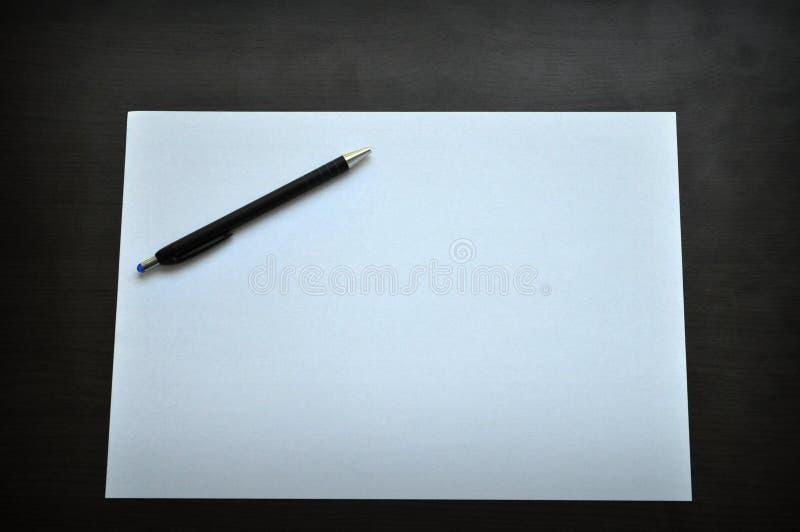 Hoja en blanco del libro blanco y de la pluma imagen de - Foglio laminato bianco ...