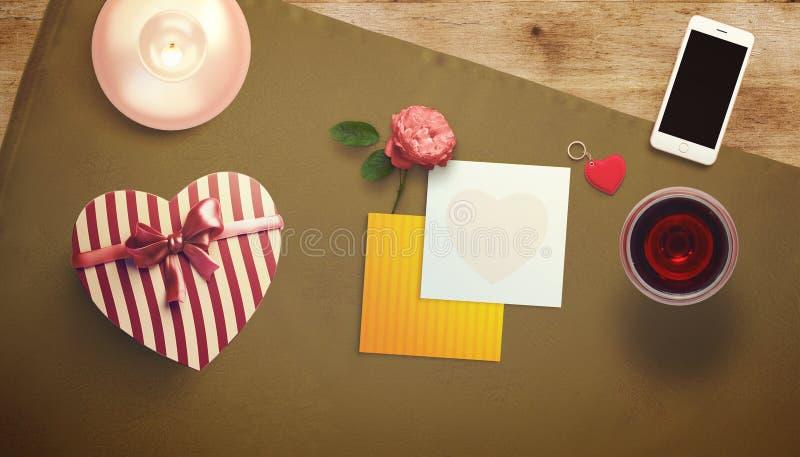 Hoja en blanco del Libro Blanco con la taza del regalo y de café Mofa del espacio de trabajo para arriba imágenes de archivo libres de regalías