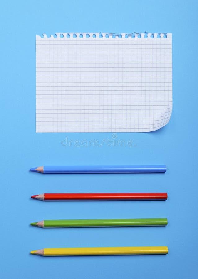 Hoja en blanco en una caja de un cuaderno con los agujeros y multi blancos fotografía de archivo