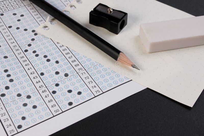 Hoja y pluma de respuesta del examen de la escuela Forma de la prueba u hoja de respuesta estándar Foco de la hoja de respuesta e imagenes de archivo