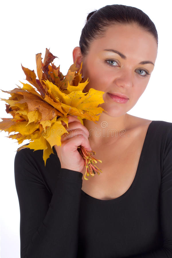 Hojas de arce de la naranja del otoño de la explotación agrícola de la muchacha fotos de archivo libres de regalías