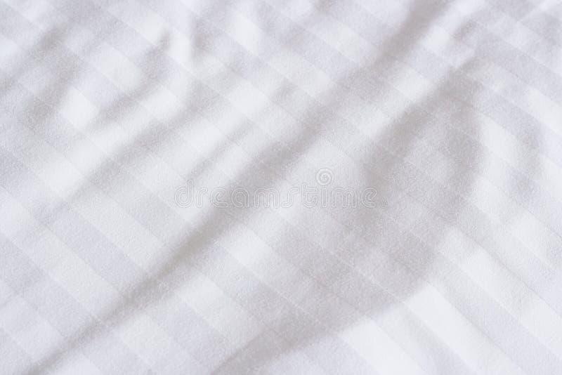 Hojas de cama blancas imágenes de archivo libres de regalías