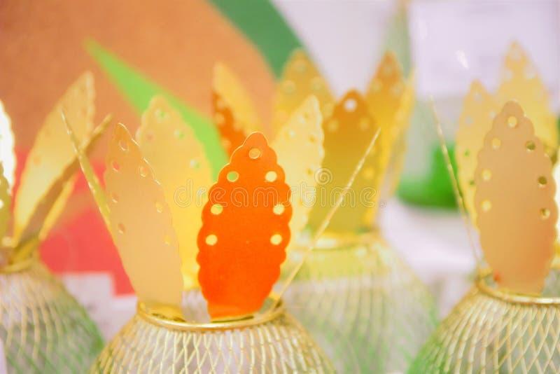 Hojas de oro de las piñas decorativas, decoración fotografía de archivo libre de regalías