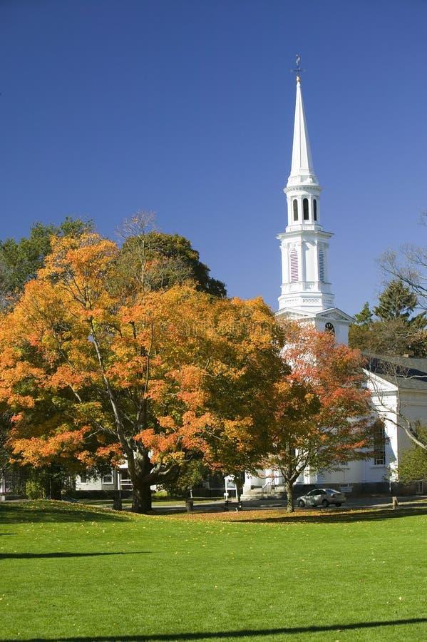 Hojas de otoño en el verde común delante de iglesia presbiteriana en Lexington histórica Massachusetts, Nueva Inglaterra imagen de archivo libre de regalías