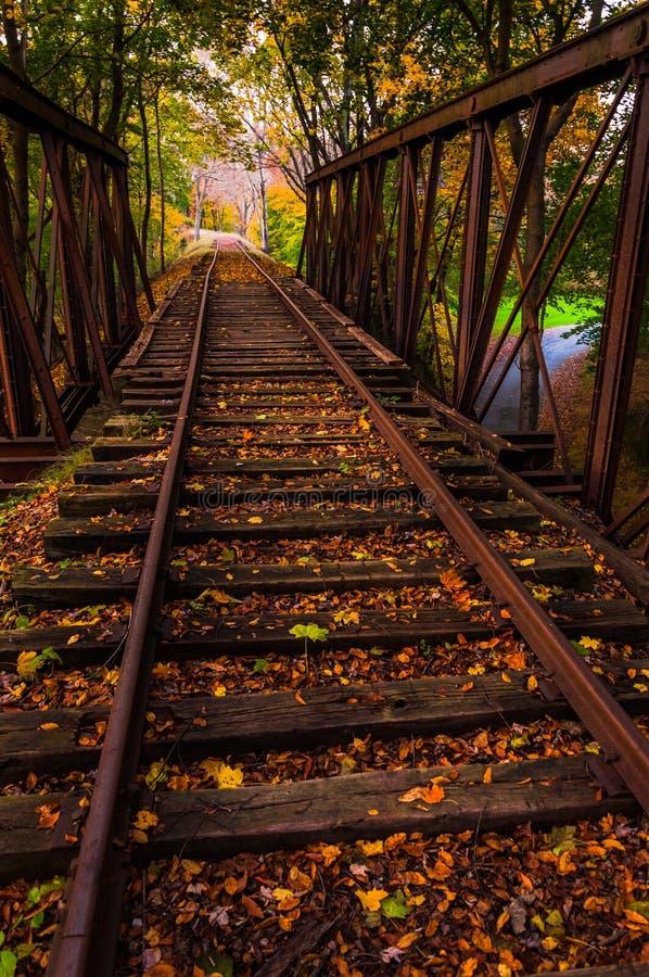 Hojas de otoño en un puente del ferrocarril en el condado de York, Pennsylvania. foto de archivo libre de regalías