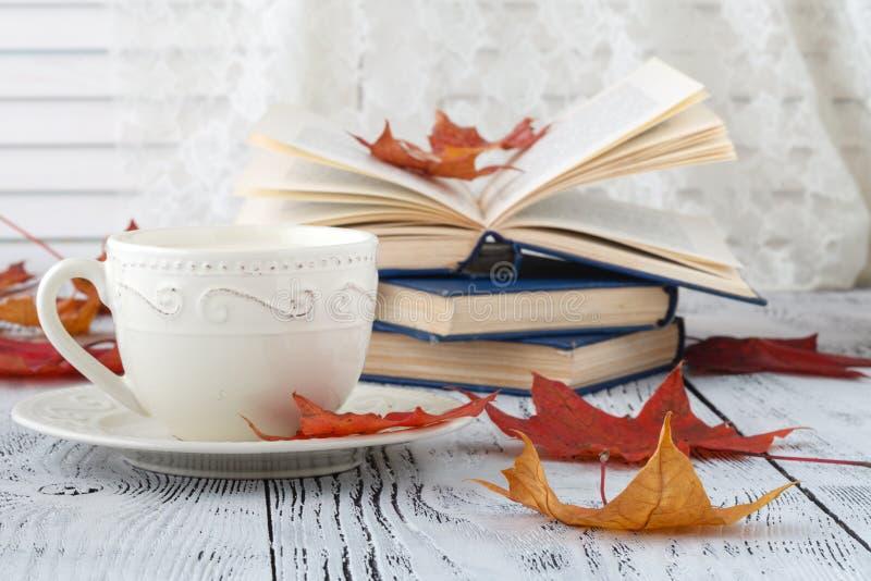 Hojas de otoño y composición del café sólo taza de café en el fondo de madera rústico resistido Concepto caliente de las bebidas  imagen de archivo libre de regalías