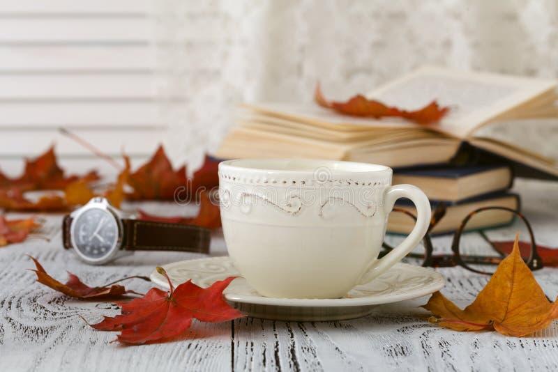 Hojas de otoño y composición del café sólo taza de café en el fondo de madera rústico resistido Concepto caliente de las bebidas  fotos de archivo