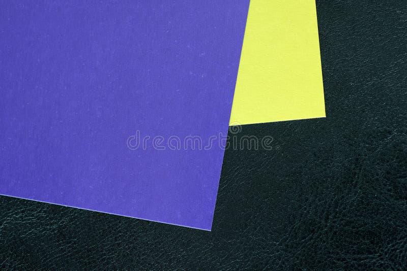 Hojas de papel coloridas en un fondo oscuro foto de archivo libre de regalías