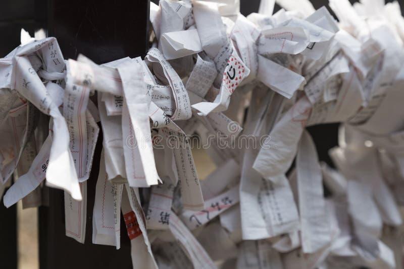hojas de papel con rezos y memorias personales fotos de archivo libres de regalías