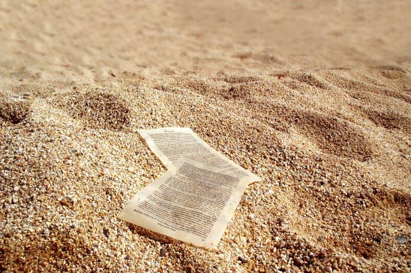 Hojas de papel en las arenas de oro foto de archivo libre de regalías