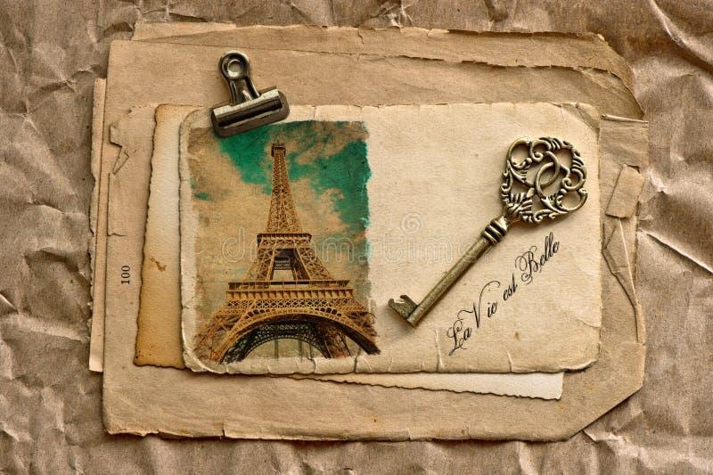 Hojas de papel viejas con llave del clip y del vintage ilustración del vector