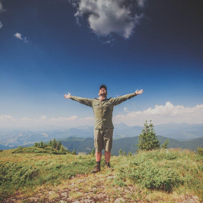 Hojas de ruta (traveler) en una tapa de la montaña imagenes de archivo