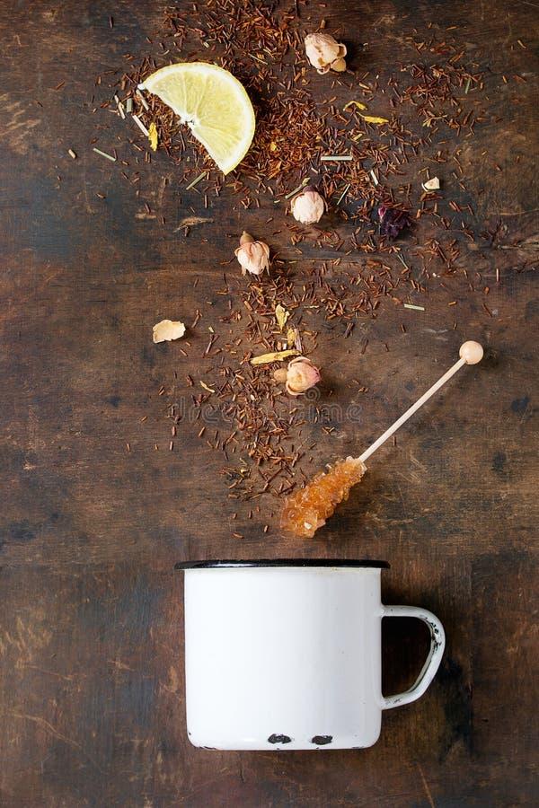 Hojas de té secas de Rooibos con los brotes color de rosa fotos de archivo libres de regalías