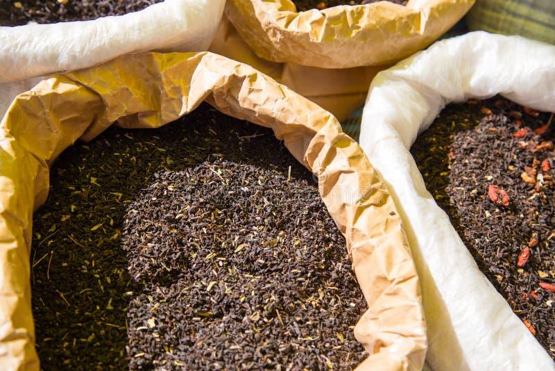 Hojas de té secas en el mercado como fondo fotos de archivo