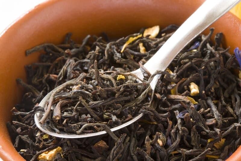 Hojas de té verdes en un tazón de fuente con la cuchara fotografía de archivo libre de regalías
