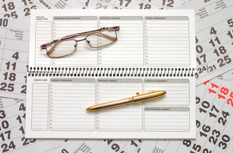 Hojas de un calendario y de un cuaderno fotografía de archivo