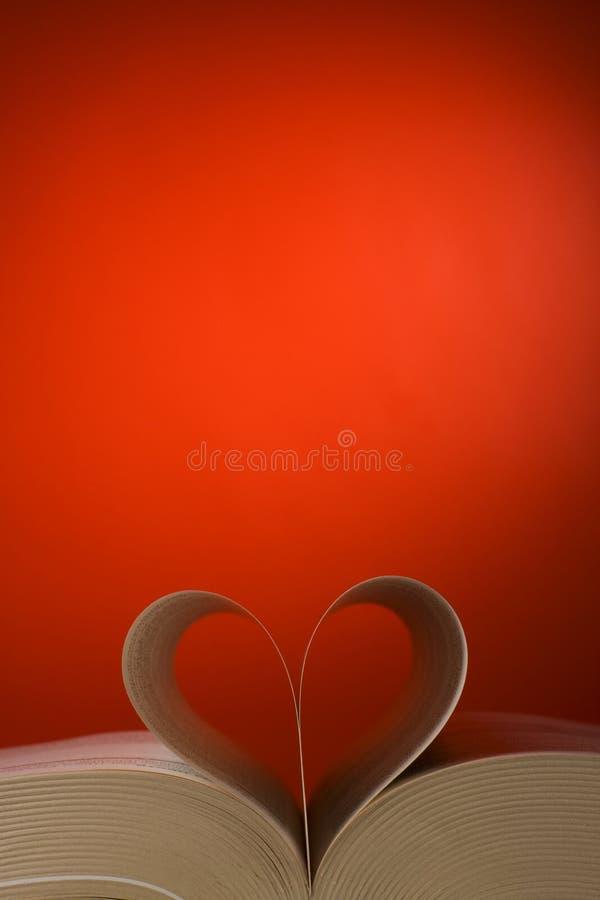 Hojas del libro en la forma del corazón fotografía de archivo