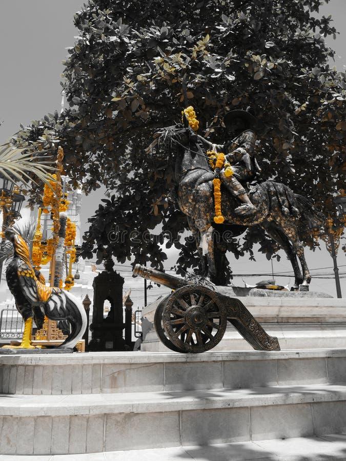 Hojas del oro en la estatua foto de archivo