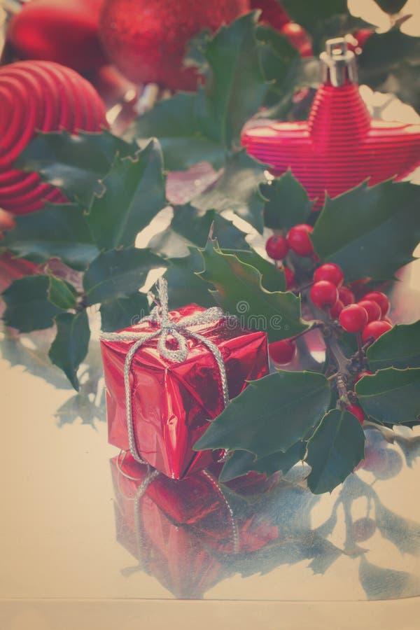 Hojas del verde del acebo y bayas rojas fotografía de archivo libre de regalías