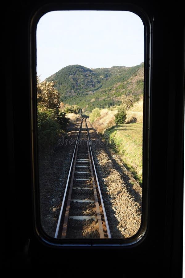 hojas en tren imagenes de archivo