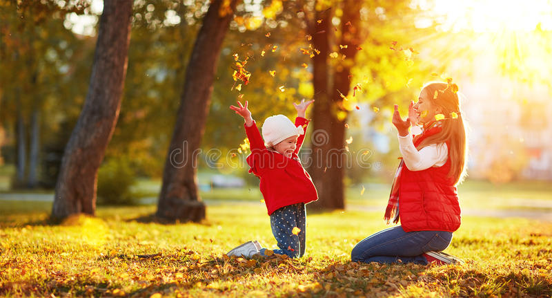 Download Hojas Felices El Jugar Y Del Tiro De La Muchacha De La Madre Y Del Niño De La Familia En A Imagen de archivo - Imagen de alegre, divertido: 77877689
